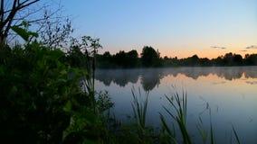 Άνοδοι υδρονέφωσης πέρα από τη λίμνη απόθεμα βίντεο