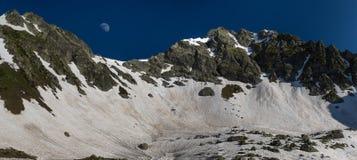 Άνοδοι φεγγαριών πέρα από τη λίμνη Zagedan περασμάτων χιονιού βόρειο ossetia ρωσικά βουνών ομοσπονδίας Καύκασου alania Στοκ Εικόνες