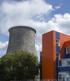 Άνοδοι δύναμης σωλήνων επάνω από το σύγχρονο κτήριο στοκ φωτογραφία με δικαίωμα ελεύθερης χρήσης