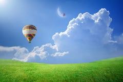 Άνοδος μπαλονιών ζεστού αέρα επάνω στο μπλε ουρανό στο νέο φεγγάρι Στοκ φωτογραφία με δικαίωμα ελεύθερης χρήσης