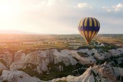 Άνοδος μπαλονιών ζεστού αέρα πέρα από Cappadocia, Τουρκία Στοκ Φωτογραφία