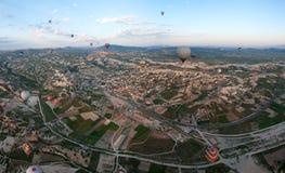 Άνοδος μπαλονιών ζεστού αέρα πέρα από Cappadocia, Τουρκία Στοκ φωτογραφία με δικαίωμα ελεύθερης χρήσης