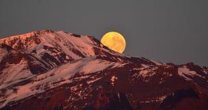 άνοδος φεγγαριών στο βουνό χιονιού της Παταγωνίας Στοκ φωτογραφία με δικαίωμα ελεύθερης χρήσης