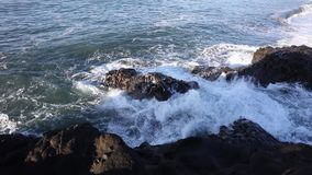 άντεξε παλιρροιακό Τα κύματα κτυπούν στους βράχους απόθεμα βίντεο