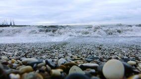 άντεξε παλιρροιακό Χαλίκια στην ακτή απόθεμα βίντεο