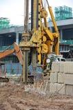 Άντεξε τη μηχανή εγκαταστάσεων γεώτρησης σωρών στο εργοτάξιο οικοδομής Στοκ Εικόνες