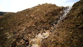 Άντληση νερού στην κατασκευή Οι ροές νερού από το σωλήνα κλείνουν επάνω Διαρροή των βρώμικων αποβλήτων Περιβαλλοντικός και φιλμ μικρού μήκους