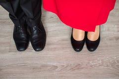 Άνωθεν καλλιεργημένος πυροβολισμός του νέου ζεύγους στα κλασικά παπούτσια που στέκονται από κοινού Στοκ φωτογραφία με δικαίωμα ελεύθερης χρήσης