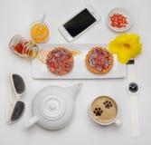 Άνω πλευρά κέικ μαρμελάδας με το φλυτζάνι Α του μαύρου καφέ Στοκ φωτογραφία με δικαίωμα ελεύθερης χρήσης