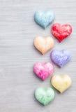 άνδρας αγάπης φιλιών έννοιας στη γυναίκα Ζωηρόχρωμες καρδιές στο γκρίζο υπόβαθρο Στοκ φωτογραφίες με δικαίωμα ελεύθερης χρήσης
