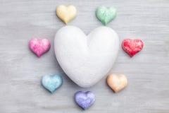 άνδρας αγάπης φιλιών έννοιας στη γυναίκα Ζωηρόχρωμες καρδιές στο γκρίζο υπόβαθρο Στοκ φωτογραφία με δικαίωμα ελεύθερης χρήσης