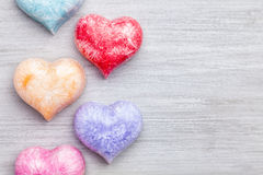 άνδρας αγάπης φιλιών έννοιας στη γυναίκα Ζωηρόχρωμες καρδιές στο γκρίζο υπόβαθρο Στοκ εικόνα με δικαίωμα ελεύθερης χρήσης