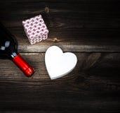 άνδρας αγάπης φιλιών έννοιας στη γυναίκα Καρδιά, κρασί και δώρο Στοκ Εικόνες