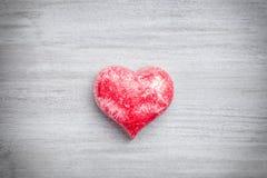 άνδρας αγάπης φιλιών έννοιας στη γυναίκα Καρδιά στο γκρίζο υπόβαθρο Στοκ φωτογραφία με δικαίωμα ελεύθερης χρήσης