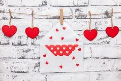 άνδρας αγάπης φιλιών έννοιας στη γυναίκα Καρδιές και επιστολή αγάπης σε μια σειρά Στοκ Εικόνες