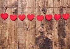 άνδρας αγάπης φιλιών έννοιας στη γυναίκα Καρδιές που κρεμούν σε μια σειρά Στοκ Εικόνα