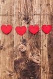 άνδρας αγάπης φιλιών έννοιας στη γυναίκα Καρδιές που κρεμούν σε μια σειρά Στοκ φωτογραφίες με δικαίωμα ελεύθερης χρήσης