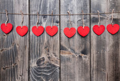 άνδρας αγάπης φιλιών έννοιας στη γυναίκα Καρδιές που κρεμούν σε μια σειρά Στοκ Φωτογραφία
