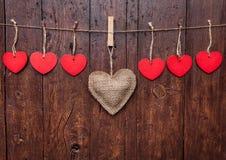 άνδρας αγάπης φιλιών έννοιας στη γυναίκα Καρδιές που κρεμούν σε μια σειρά Στοκ Εικόνες