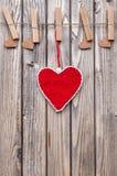 άνδρας αγάπης φιλιών έννοιας στη γυναίκα Καρδιές που κρεμούν σε μια σειρά Στοκ φωτογραφία με δικαίωμα ελεύθερης χρήσης
