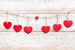 άνδρας αγάπης φιλιών έννοιας στη γυναίκα Καρδιές που κρεμούν σε μια σειρά Στοκ Φωτογραφίες