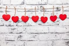 άνδρας αγάπης φιλιών έννοιας στη γυναίκα Καρδιές σε μια σειρά Στοκ Φωτογραφία