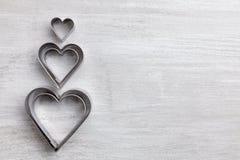 άνδρας αγάπης φιλιών έννοιας στη γυναίκα Καρδιές στο γκρίζο υπόβαθρο Στοκ Φωτογραφίες