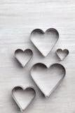 άνδρας αγάπης φιλιών έννοιας στη γυναίκα Καρδιές στο γκρίζο υπόβαθρο Στοκ Εικόνα