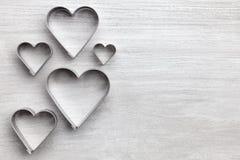 άνδρας αγάπης φιλιών έννοιας στη γυναίκα Καρδιές στο γκρίζο υπόβαθρο Στοκ Εικόνες