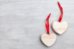 άνδρας αγάπης φιλιών έννοιας στη γυναίκα Καρδιές στο γκρίζο υπόβαθρο Στοκ Φωτογραφία