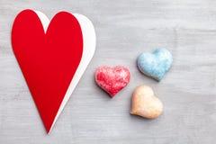 άνδρας αγάπης φιλιών έννοιας στη γυναίκα Καρδιές στο γκρίζο υπόβαθρο Στοκ φωτογραφία με δικαίωμα ελεύθερης χρήσης