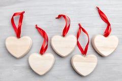 άνδρας αγάπης φιλιών έννοιας στη γυναίκα Καρδιές στο γκρίζο υπόβαθρο Στοκ εικόνες με δικαίωμα ελεύθερης χρήσης