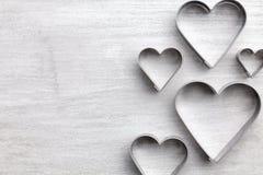 άνδρας αγάπης φιλιών έννοιας στη γυναίκα Καρδιές στο γκρίζο υπόβαθρο Στοκ φωτογραφίες με δικαίωμα ελεύθερης χρήσης