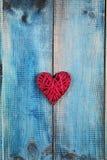 άνδρας αγάπης φιλιών έννοιας στη γυναίκα Κόκκινη καρδιά πέρα από το μπλε αγροτικό ξύλινο ξύλινο υπόβαθρο υποβάθρου Σχέδιο αφισών  Στοκ Φωτογραφία
