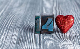 άνδρας αγάπης φιλιών έννοιας στη γυναίκα κόκκινος αυξήθηκε Στις 14 Φεβρουαρίου Διαβάστε την καρδιά παιχνιδιών clothespins ( Στοκ Εικόνα