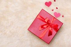 άνδρας αγάπης φιλιών έννοιας στη γυναίκα Τοπ άποψη των κόκκινων κιβωτίων δώρων με το τόξο Στοκ εικόνες με δικαίωμα ελεύθερης χρήσης