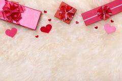 άνδρας αγάπης φιλιών έννοιας στη γυναίκα Τοπ άποψη των κόκκινων κιβωτίων δώρων με το τόξο Στοκ φωτογραφία με δικαίωμα ελεύθερης χρήσης