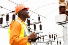 Άνδρας αφρικανικός ηλεκτρικός εργαζόμενος στοκ φωτογραφίες