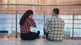 Άνδρας γυναικών που συζητά τη συνεδρίαση επιχειρησιακού προγράμματος στο πάτωμα απόθεμα βίντεο