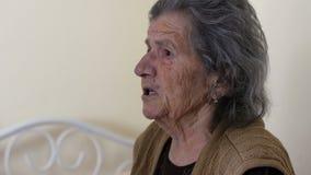 άνδρας εγγονών που φιλά την πολύ παλαιά ανώτερη γιαγιά γυναικών απόθεμα βίντεο