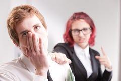 Άνδρας ΕΝΑΝΤΙΟΝ των annoyances γυναικών στον εργασιακό χώρο στοκ εικόνα
