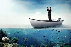 Άνδρας εργαζόμενος που χρησιμοποιεί τις διόπτρες στη βάρκα Στοκ Εικόνα