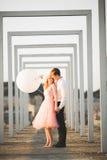 Άνδρας και γυναίκα εραστών που αγκαλιάζουν η μια την άλλη υπαίθρια Στοκ Εικόνες