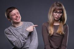 Άνδρας και γυναίκα διακωμώδησης νεαρός Στοκ Εικόνες