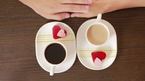 Άνδρας και γυναίκα κατά μια ημερομηνία σε έναν καφέ πιείτε τον καφέ και το κέικ βαλεντίνος ημέρας s απόθεμα βίντεο