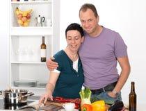 Άνδρας και γυναίκα μαζί στην κουζίνα Στοκ Φωτογραφία