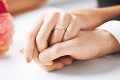 Άνδρας και γυναίκα με το γαμήλιο δαχτυλίδι στοκ φωτογραφία