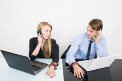 Άνδρας και γυναίκα που δένονται με χειροπέδες Εργασία στο γραφείο στοκ φωτογραφίες