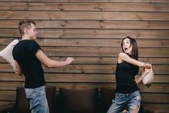 Άνδρας και γυναίκα που έχουν την πάλη μαξιλαριών Στοκ εικόνα με δικαίωμα ελεύθερης χρήσης