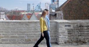 Άνδρας και γυναίκα που έχουν τη ρομαντική ημερομηνία στην πόλη απόθεμα βίντεο